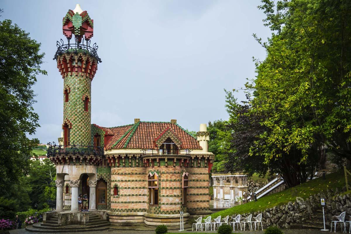 Junto a este palacio encontramos El Capricho, obra de Gaudí, de estilo arabesco, declarado monumento histórico-artístico en 1969. Se construyó como residencia de verano.